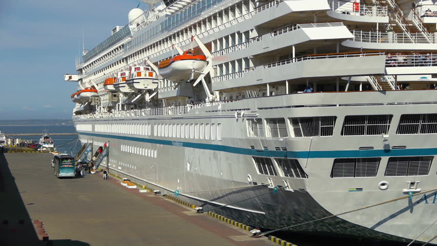 Port side of a cruise ship - Difference between starboard and port ...